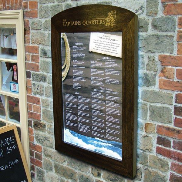 Porte menu mural en bois porte menu clair for Porte menu exterieur restaurant